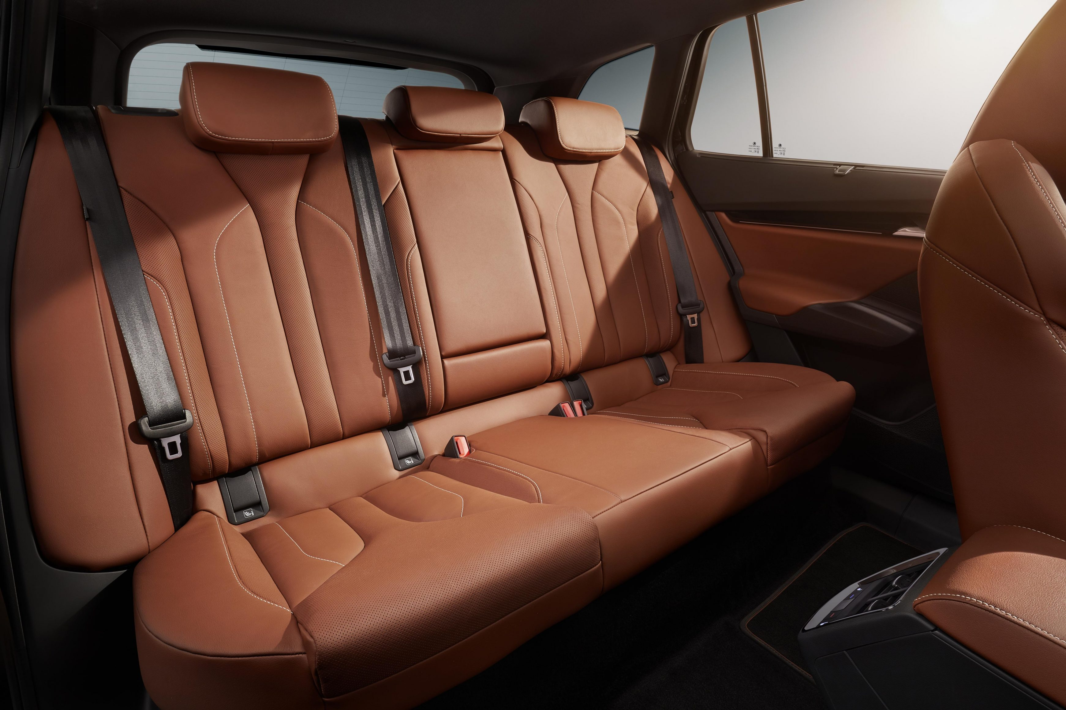 The rear bench of the Skoda Enyaq iV has a folding back rest that can be used as an armrest