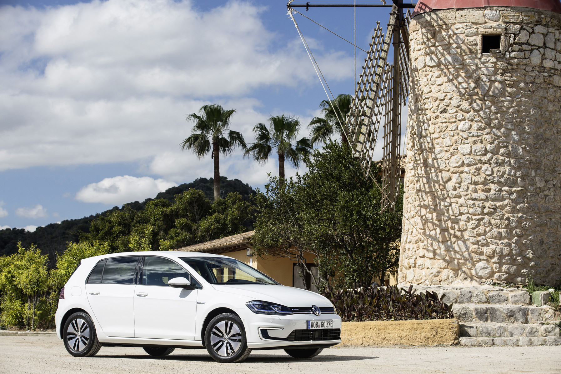 The Volkswagen e-Golf has the regular Golf's good looks, but produces no emissions from a tailpipe